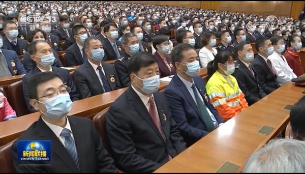 南昌市政公用集团邓建新参加全国劳模会议.jpg